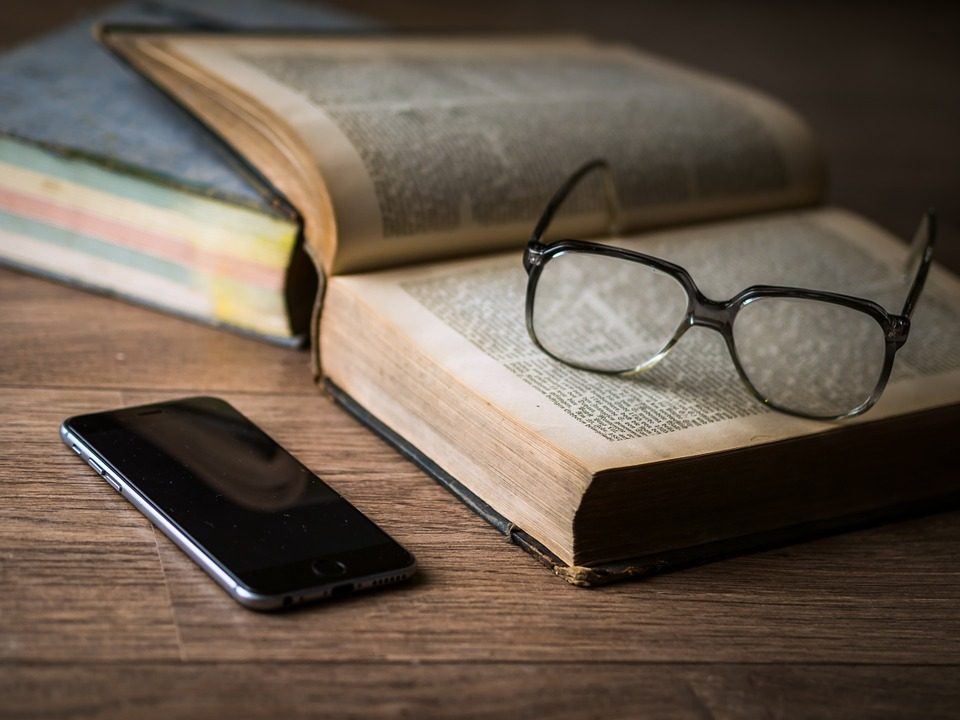 Foto libro y gafas